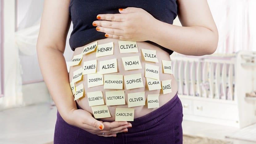 Barriga de embarazada con nombres de bebés