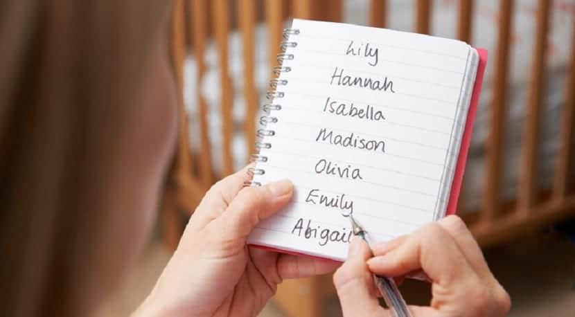 Mujer escribiendo nombres de niña