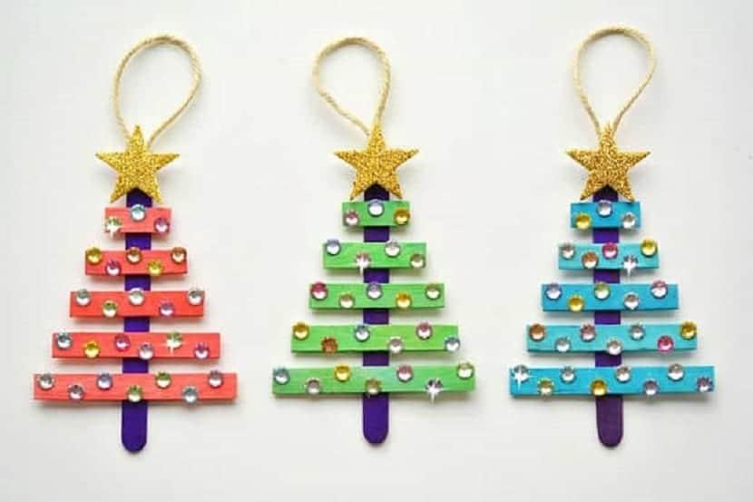 Pequeños árboles de Navidad DIY para decorar el árbol