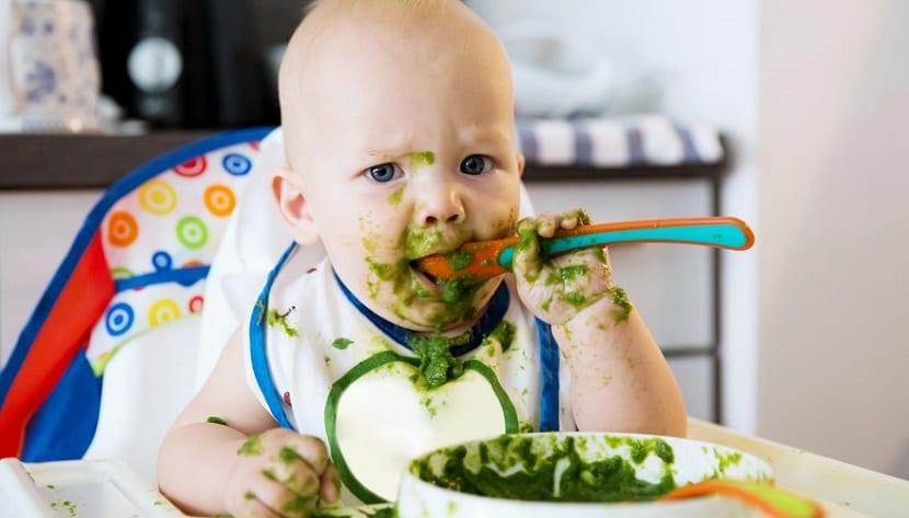Bebé comiendo puré