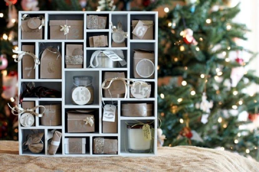 Calendario de Adviento en un mueble de madera