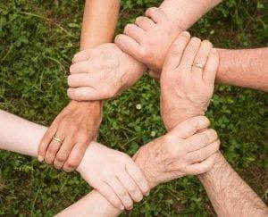 Manos unidas, de familiares y amigos, para apoyar al diabético.