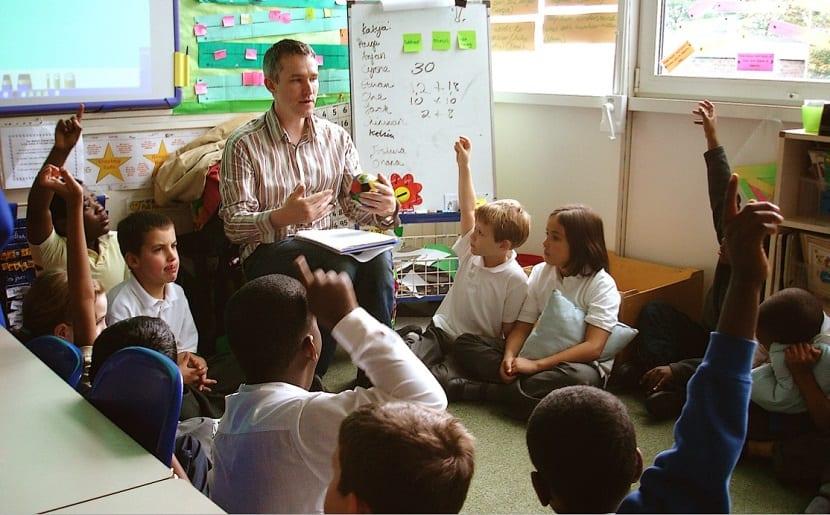 Grupo de niños filosofando