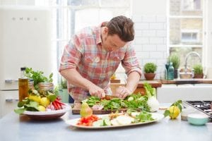 Hombre joven haciendo la comida