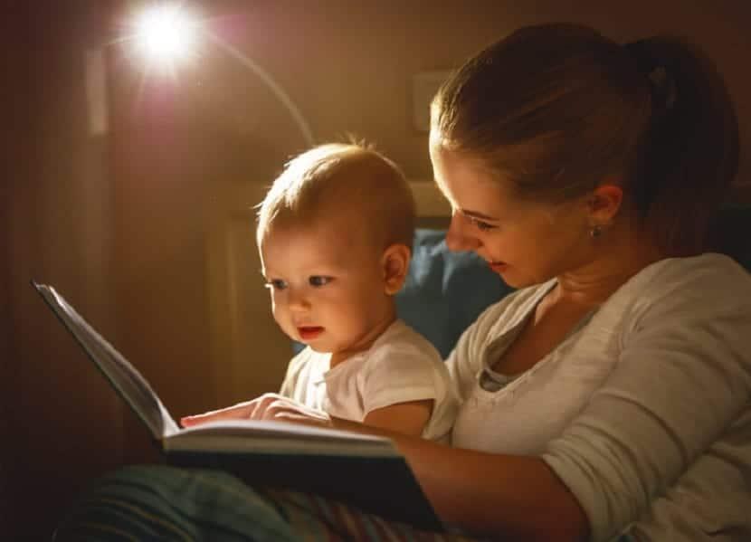 Madre leyendo un cuento a su bebé