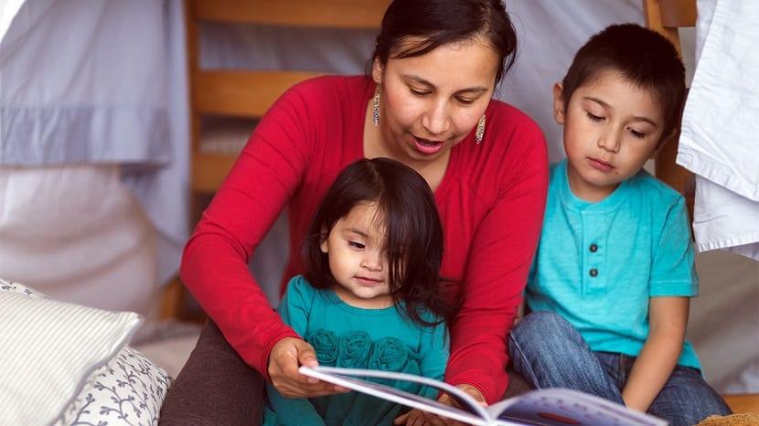 Madre leyendo un cuento de buenas noches