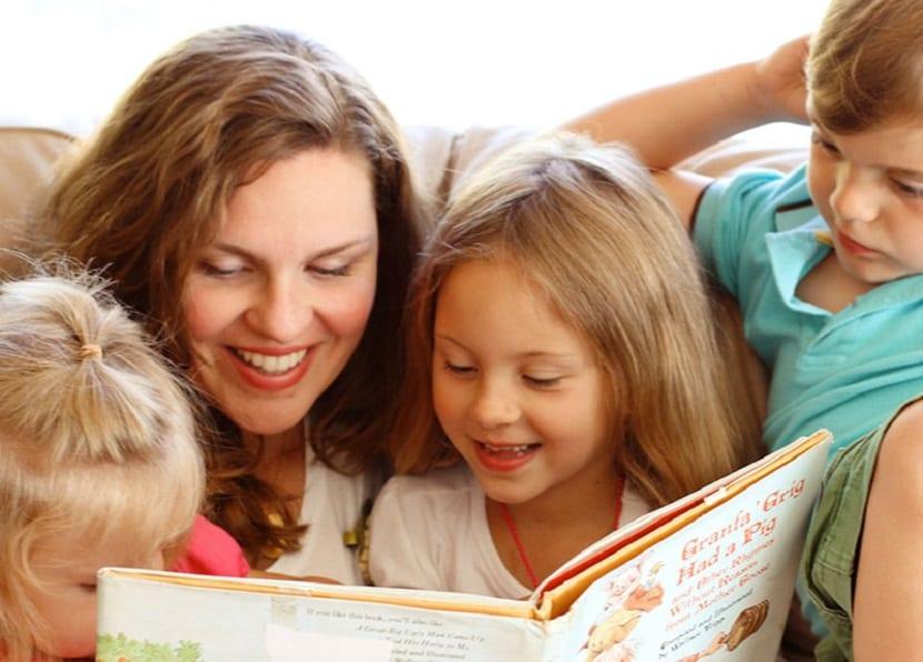 Madre leyendo un cuento a los niños