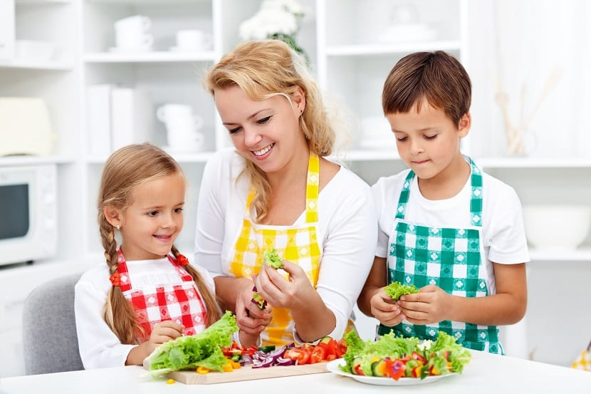 Familia cocinando saludable
