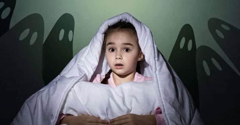 Niña con miedo a los fantasmas