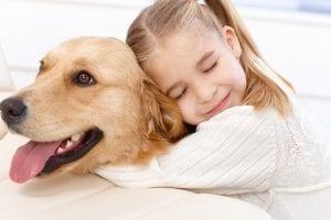 Niña abrazando a su perrito