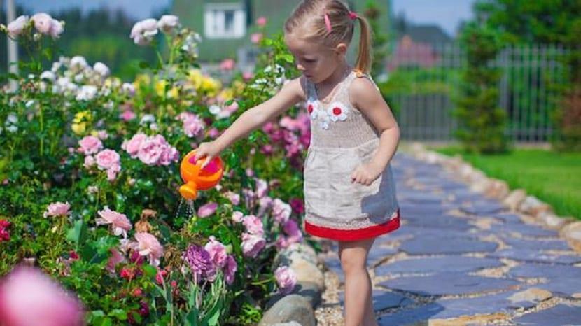Niña regando el jardín