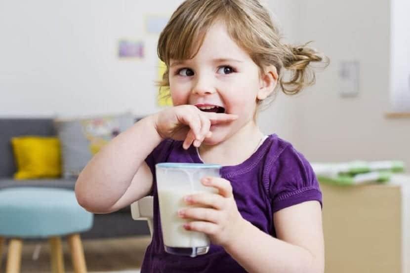 Niña tomando un vaso de leche