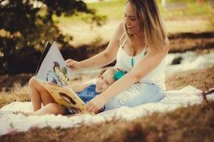 Madre e hija juegan y ven cuentos.