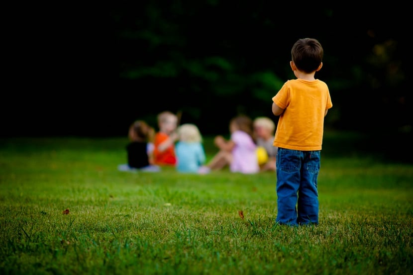 Niño aislado del grupo
