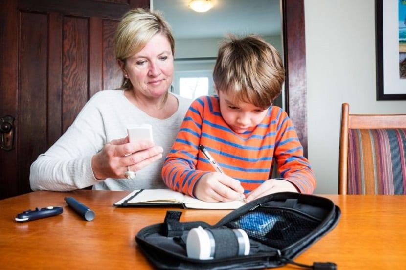 Niño realizando un control de su diabetes