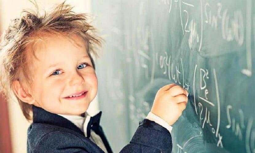 Niño con altas capacidades escribiendo en una pizarra