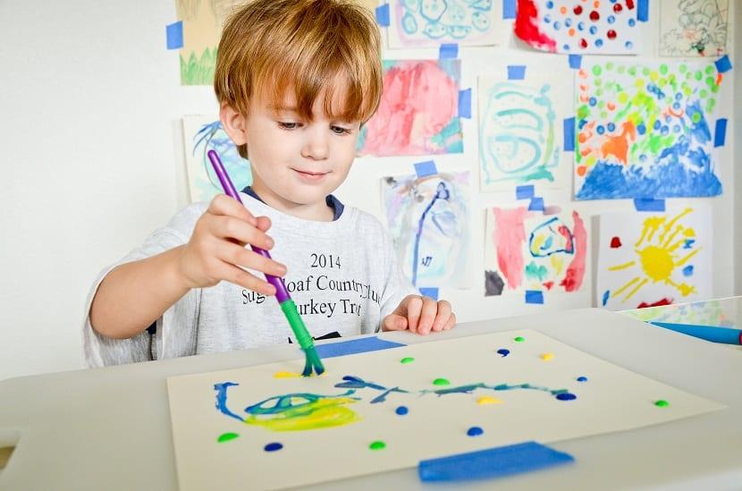 Niño pequeño pintando