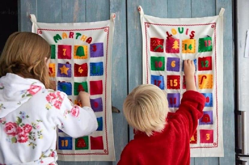 Niños abriendo un calendario de Adviento