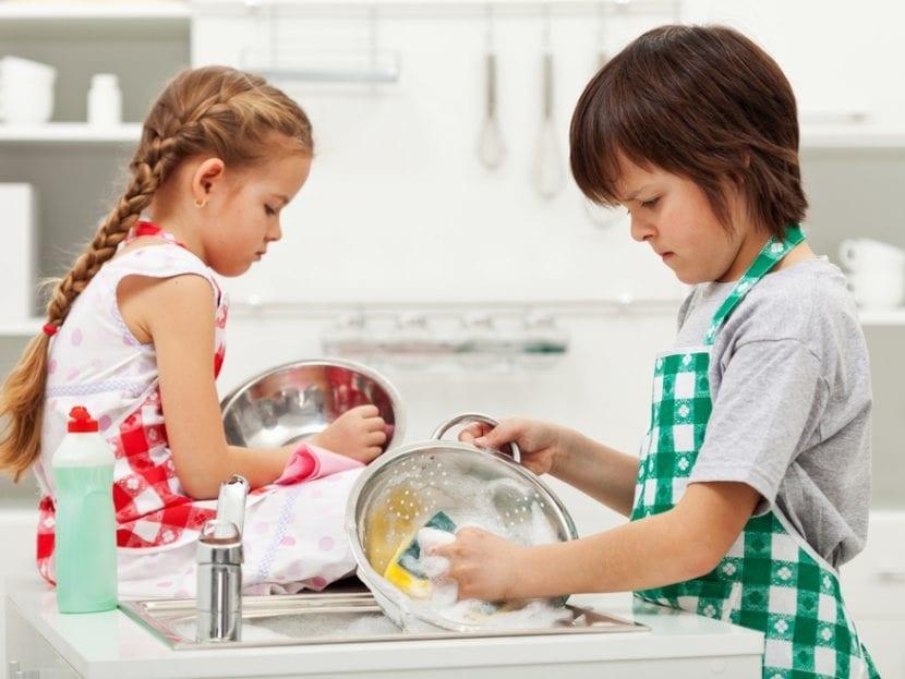 Niños fregando platos