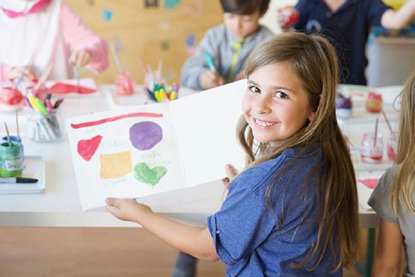 Niños haciendo un mural