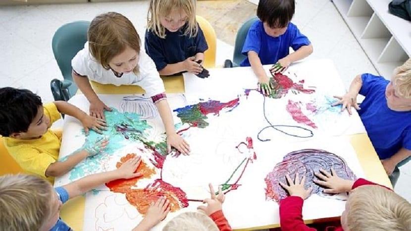 Niños pintando con las manos