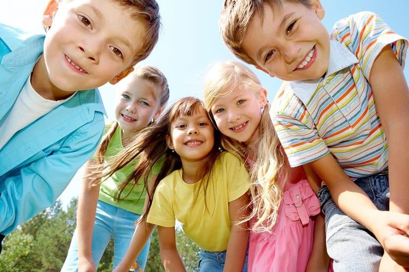 Niños pequeños sonriendo