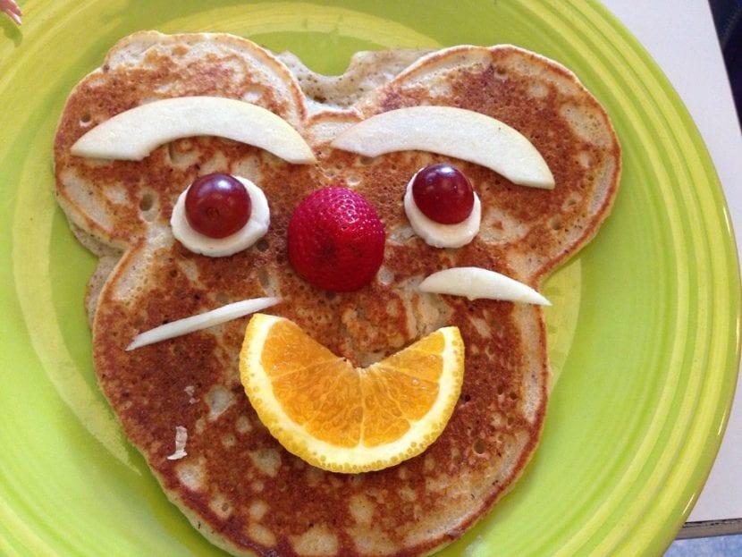 Tortita adornada con frutas simulando una cara de un ratón.