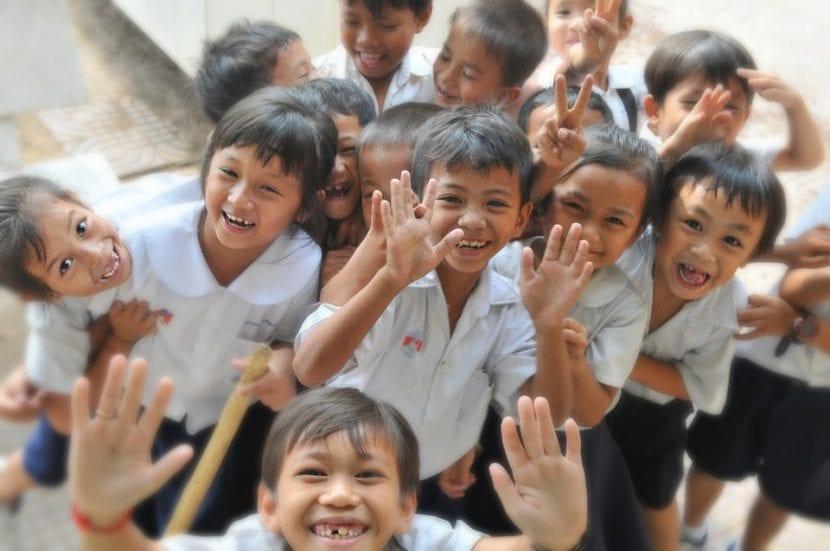 Niños y niñas con sus uniformes escolares se divierten.