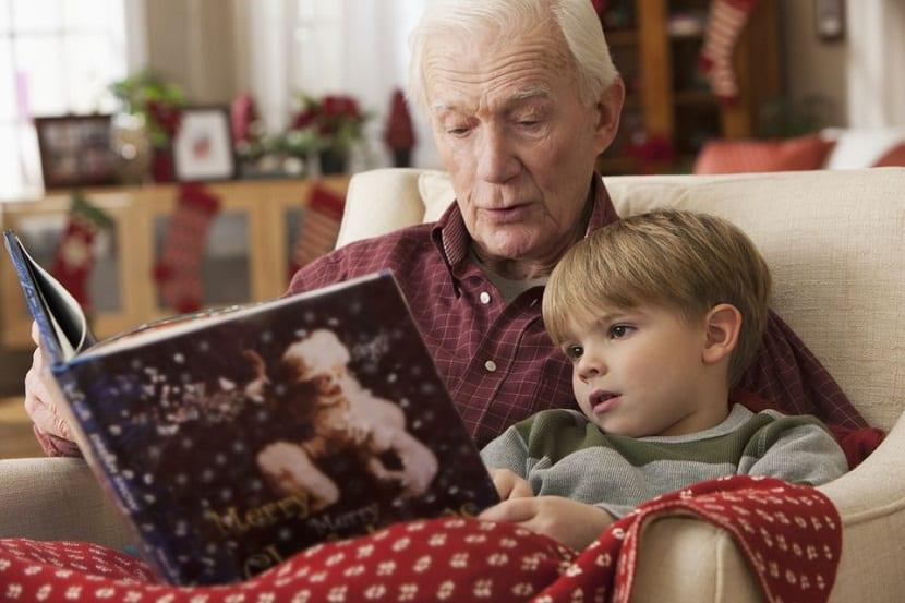 Abuelo lee un cuento de Navidad a su nieto