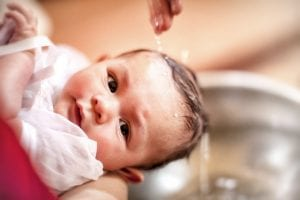Bebé recibiendo el bautismo