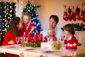 Familia se reúne para comer en navidad y hablar de su significado.