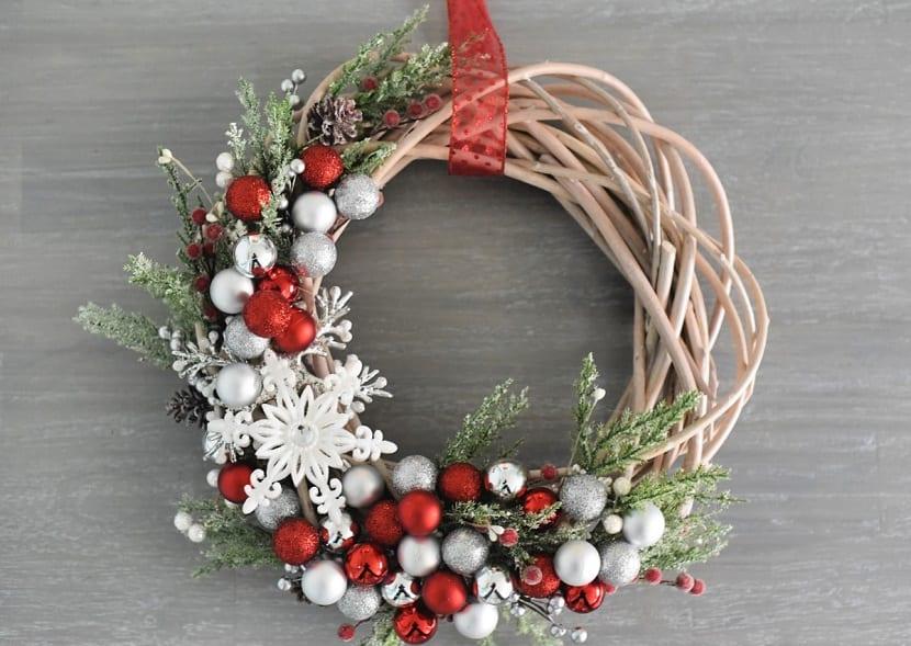 Corona de Navidad con bolas de colores