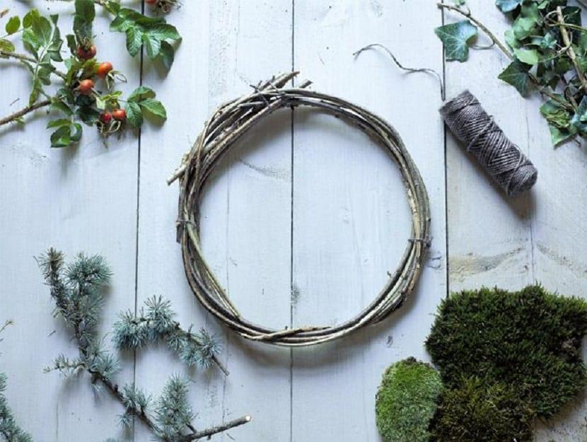 Corona de Navidad de ramas y hojas