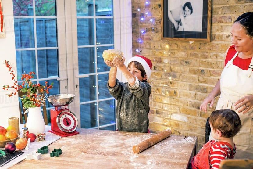 Madre e hijos preparando dulces de Navidad