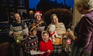 Familia cantando villancicos en Navidad