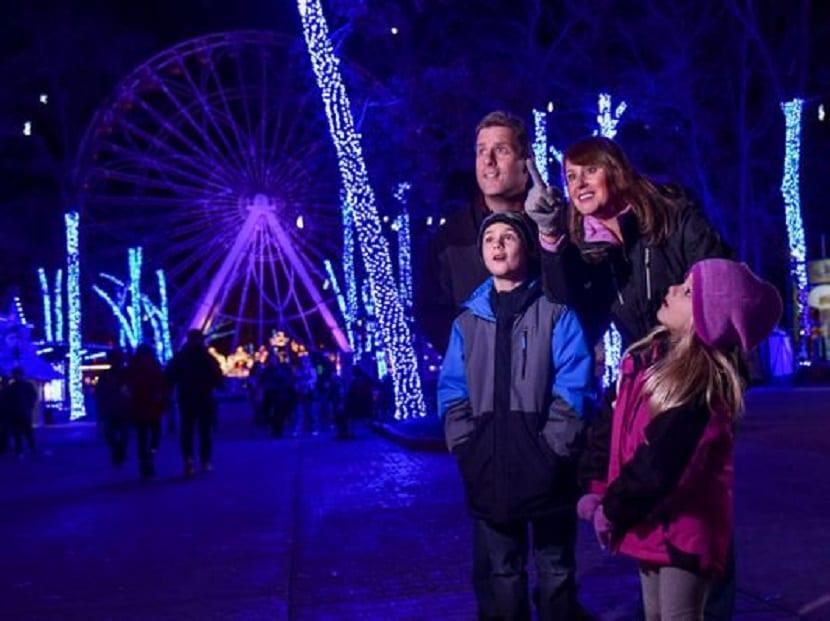 Familia viendo el alumbrado navideño