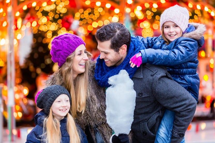 Familia paseando en Navidad
