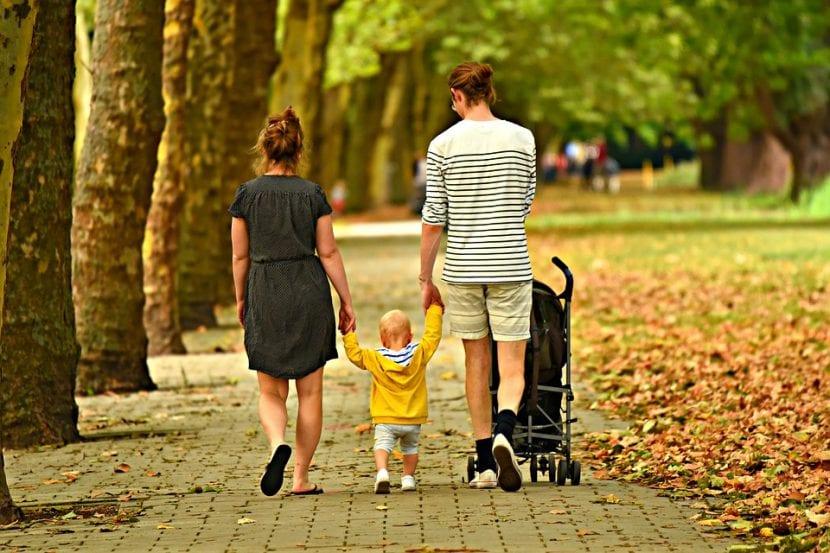 Familia pasea unida.