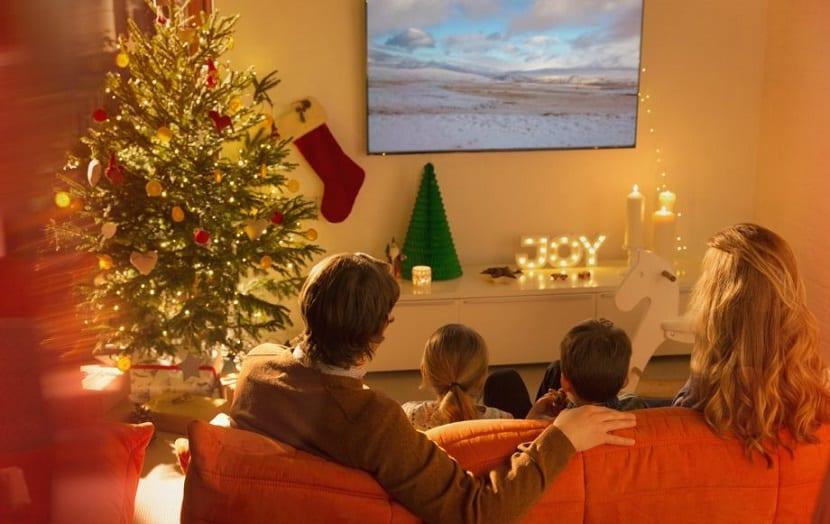 Familia viendo películas de Navidad