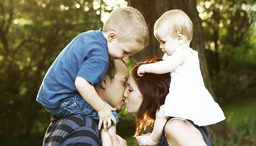Familia con dos bebés