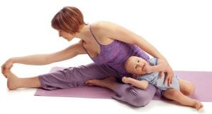 Madre haciendo ejercicio con su bebé