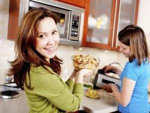 Mujer cocinando en el microondas