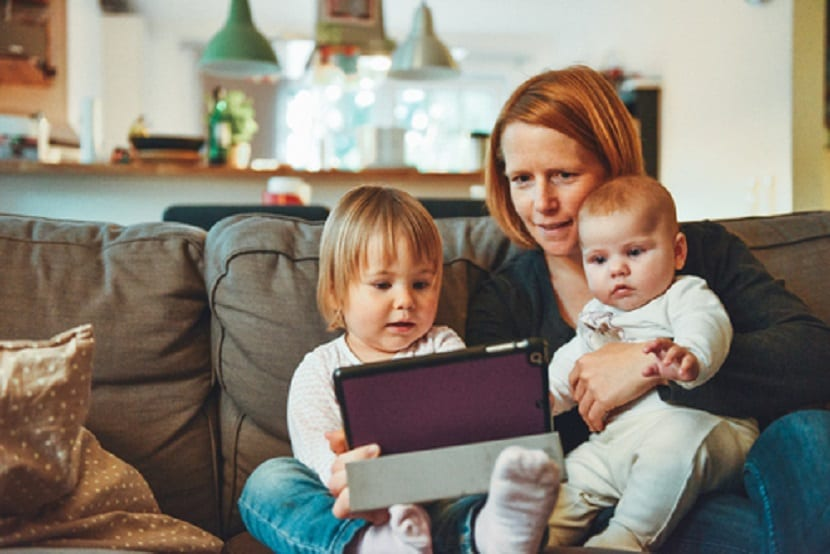 Madre con dos bebés