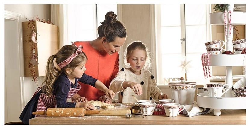 Madre con sus hijas preparando dulces navideños