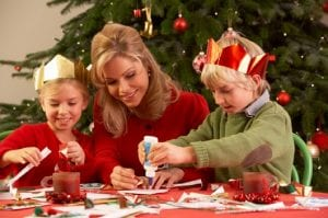 Familia haciendo manualidades de Navidad