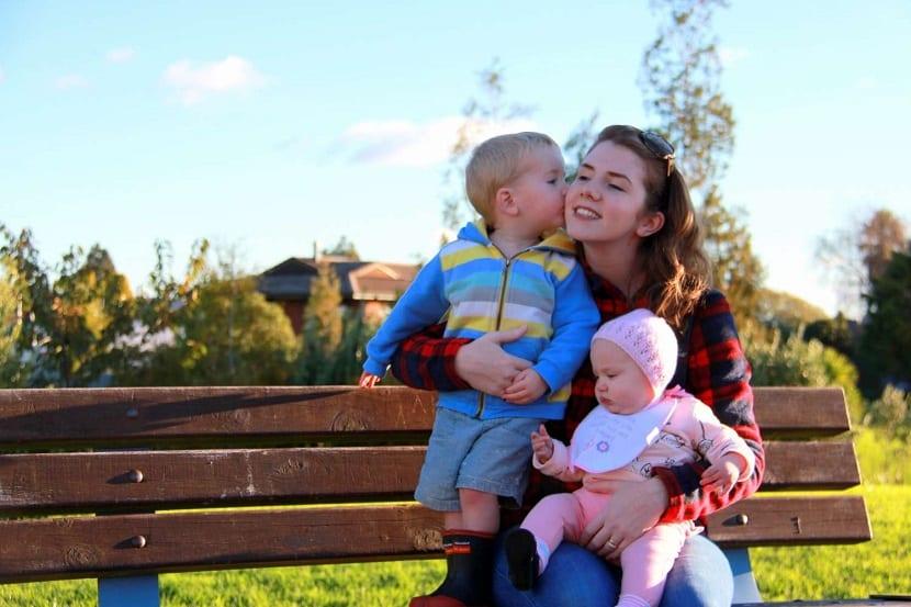 Madre joven con dos niños