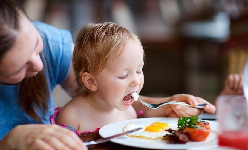 Niña pequeña comiendo saludable