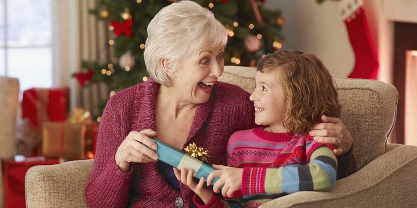 Niña le da un regalo de Navidad a su abuela
