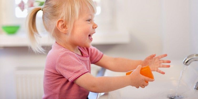 Niña lavándose las manos