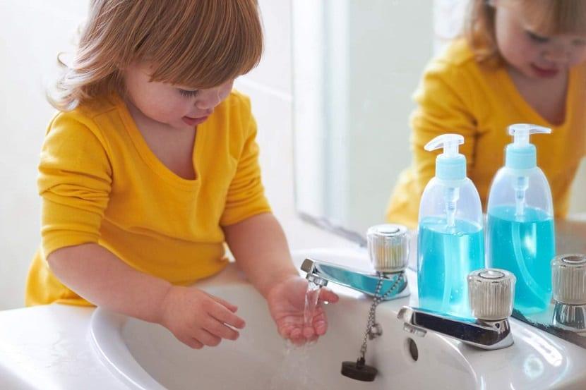 Resultado de imagen para niño lavandose las manos